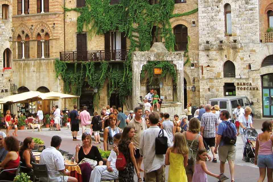 San Gimignano soffocata dal turismo