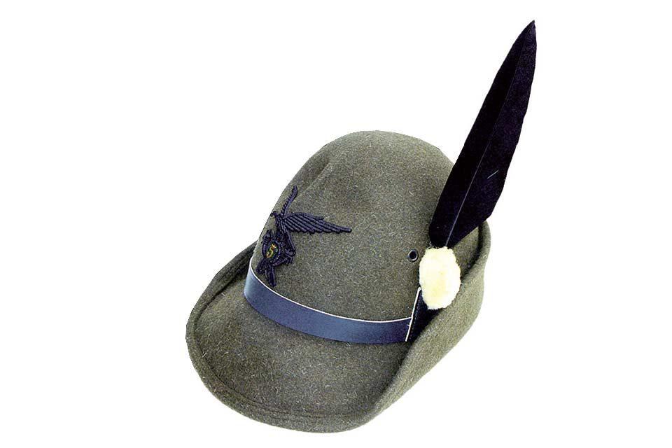 Perché gli Alpini hanno una penna sul cappello?