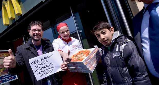 A Napoli la protesta dei pizzaioli contro McDonald's